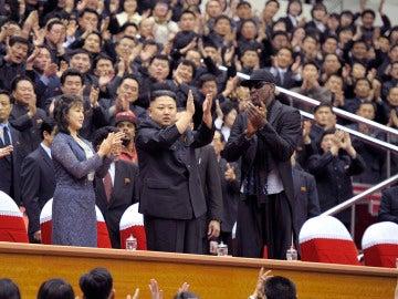 Kim Jong-Un y Dennis Rodman aplauden
