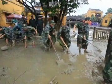 Al menos 69 muertos y 30 desaparecidos tras el paso del tifón 'Damrey' por Vietnam