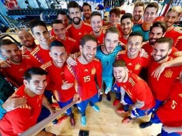 Los integrantes de la Selección posan con la nueva camiseta para el Mundial