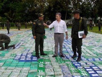 Juan Manuel Santos (2d), en medio de los paquetes que contienen cocaína incautados