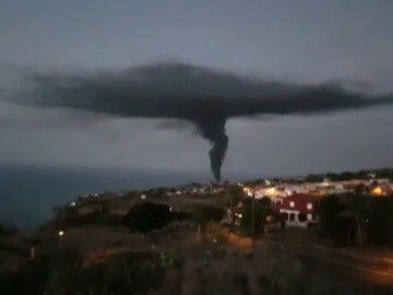 Los bomberos tratan de sofocar un incendio en una nave industrial en Tenerife