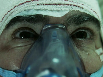 Raquel, en la puerta del hangar; y el subinspector Ángel, despierta del coma