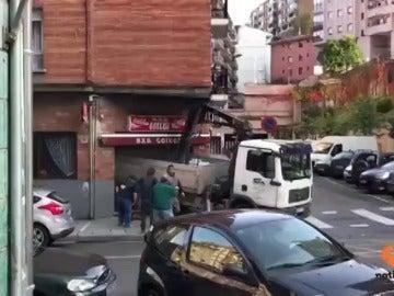 Un camión se empotra contra un bar en Basauri tras sufrir un fallo mecánico