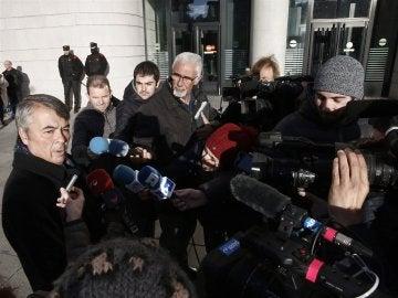 El abogado de tres de los acusados por la supuesta violación grupal a una joven en los Sanfermines de 2016, Agustín Martínez Becerra, atendiendo a los medios.