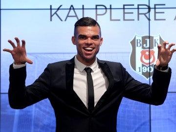 Pepe durante la presentación con el Besiktas