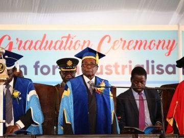 El presidente de Zimbabue, Robert Mugabe (c), preside una graduación en una universidad de Harare (Zimbabue)