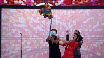 Àngel Llàcer sorprende a Lolita con una espectacular piñata cubana