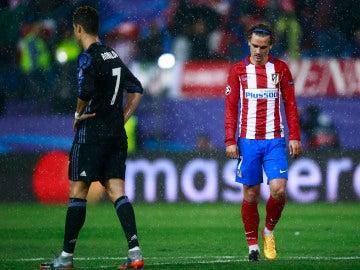 Cristiano Ronaldo y Griezmann, en el último derbi en El Calderón