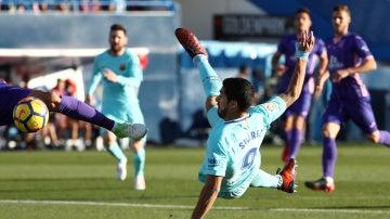 Luis Suárez trata de rematar un balón