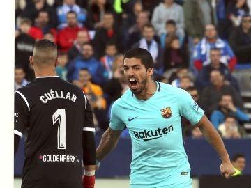 Luis Suárez celebra su segundo gol ante Pichu Cuellar