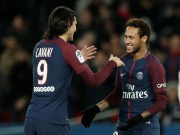Cavani celebra un gol con Neymar