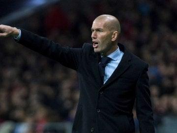 Zidane da instrucciones en la banda del Wanda Metropolitano
