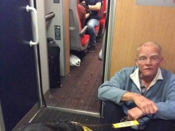 El hombre viajó cerca de tres horas sentado en el suelo
