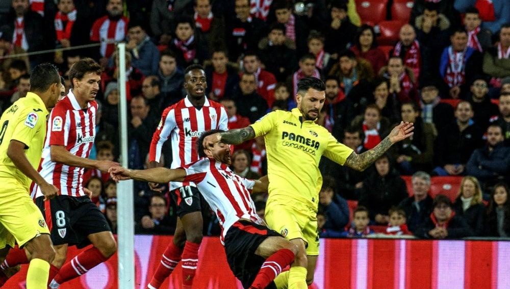 San José puja con Roberto Soriano por un balón