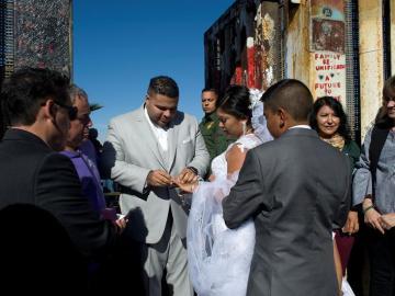 La boda celebrada en el muro entre México y EEUU
