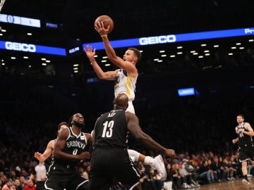Curry entra a canasta ante la defensa de los Nets