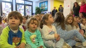 A clase en pijama para fomentar el acogimiento de niños en España
