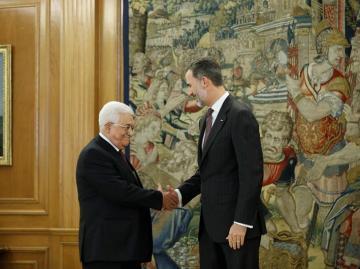 El Rey saluda al presidente palestino, Mahmud Abás