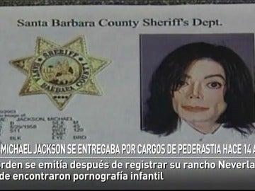 Michael Jackson se entregaba por cargos de pederastia hace 14 años