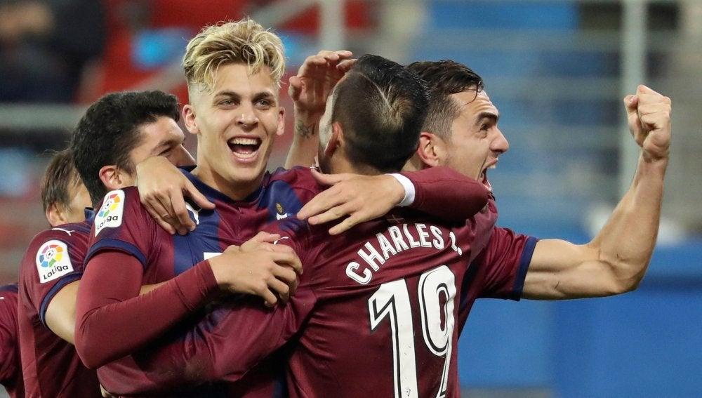 Los jugadores del Eibar celebra uno de los goles en Ipurua