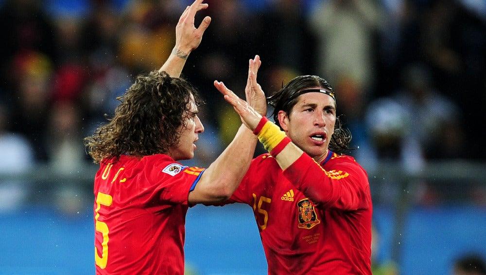 Puyol y Sergio Ramos se animan durante un partido con la Selección