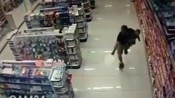 Un policía, fuera de servicio y con un bebé cogido en brazos, reduce a dos atracadores en Brasil