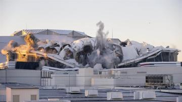 El estadio Georgia Dome implosiona en Atlanta