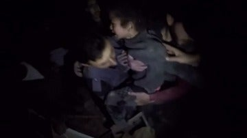 Rescatan a una niña bajo los escombros tras un bombardeo en las afueras de Damasco