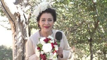 Felicita a Francisca y Raimundo por su boda y consigue el ramo de novia
