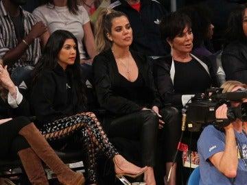 Kris Jenner junto a Kourtney y Khloé Kardashian