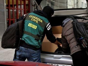 La Guardia Civil resgistra un piso en el centro de Bilbao (Vizcaya