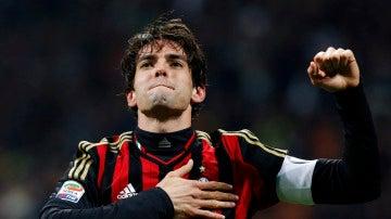 Kaká celebra un gol con el Milan
