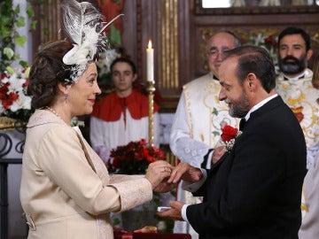 Francisca le pone la alianza a Raimundo