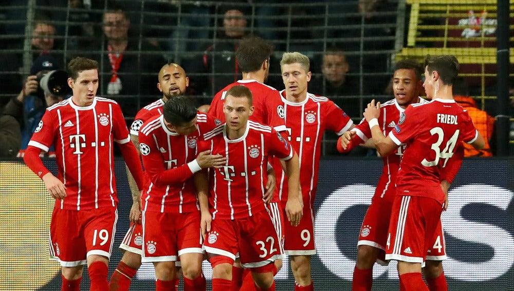 Tolisso celebra su gol con sus compañeros del Bayern de Múnich