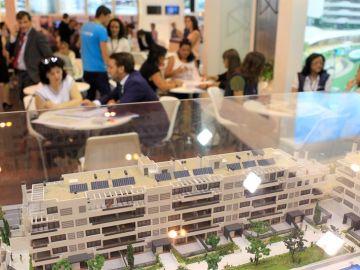 Vista de la maqueta de una promoción de viviendas en el Salón Inmobiliario Internacional de Madrid (SIMA)