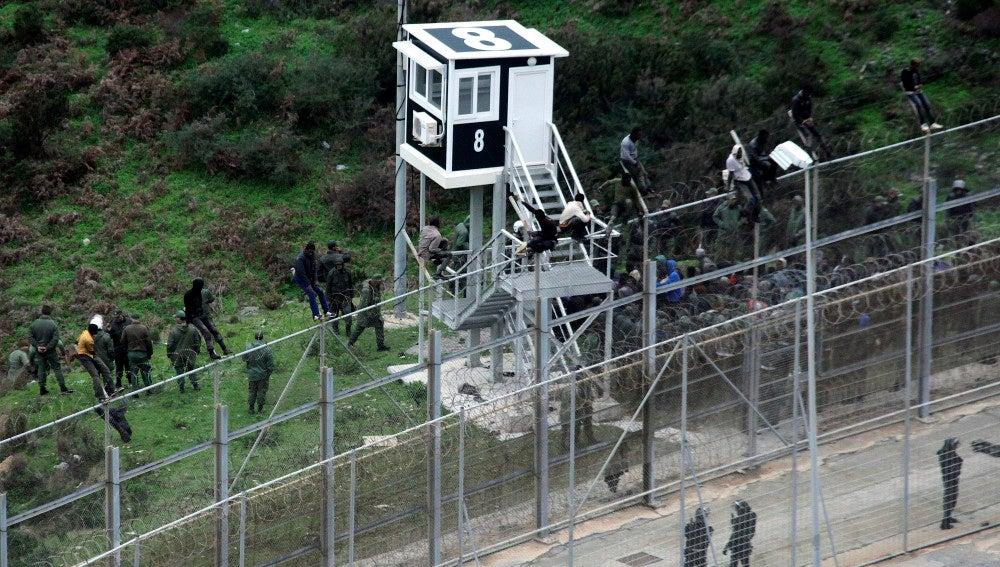 Algunos inmigrantes custodiados por la policia marroquí