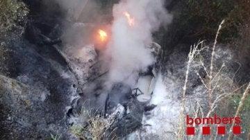 El camión incendiado tras caer por un puente