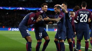Los jugadores del PSG se abrazan para celebrar un gol