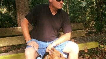 Scott Wulff junto a su perra Astrid