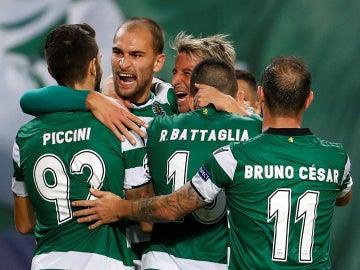 Los futbolistas del Sporting de Portugal celebran un gol