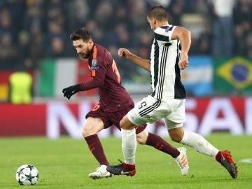 Messi conduce el balón ante la defensa de la Juve