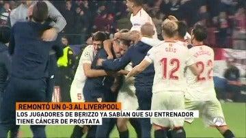 Los jugadores del Sevilla arropan a Berizzo con el tanto de la igualada