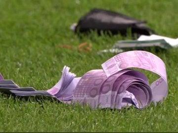 Billetes sobre el césped del Anderlecht