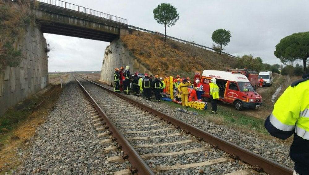 Los servicios de emergencias atienden a los heridos tras el descarrilamiento del tren