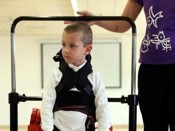 Jens usando el exoesqueleto