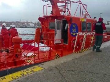 Mueren tres personas y una continúa desaparecida tras el naufragio de una patera en Tarifa