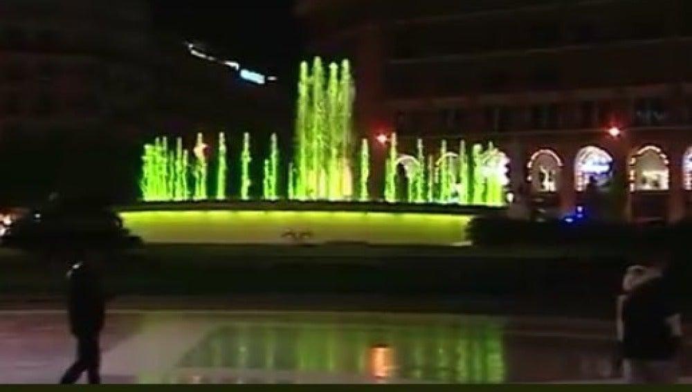 Una fuente de Barcelona iluminada de amarillo