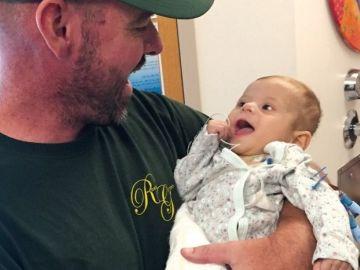 El agente posa con el bebé