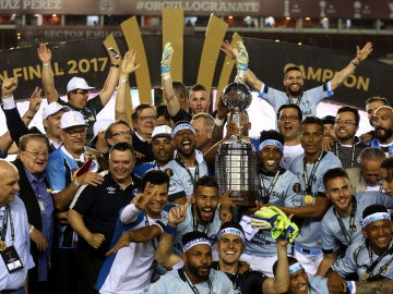 Los jugadores del Gremio brasileño levantan la Copa Libertadores