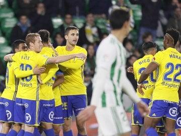 Los jugadores del Cádiz celebran un gol en el Villamarín